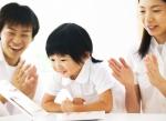 Os elogios contribuem para o aprendizado infantil.
