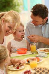 O hábito de comer devagar e na mesa, além de contribuir para uma boa digestão, fortalece os laços familiares.