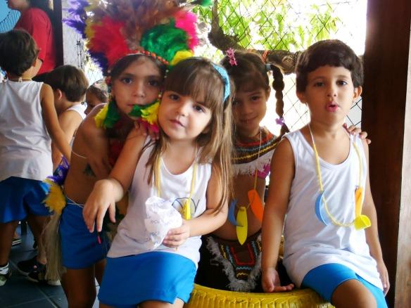 Adornos como o colar e o cocar foram enfeitados e produzidos pelas próprias crianças.