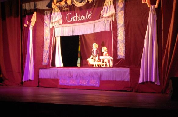 A peça em marionetes conta a história do menino prodígio Mozart.