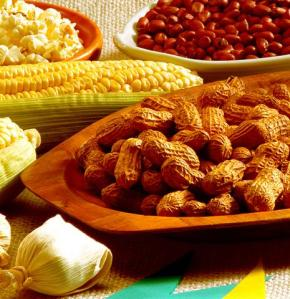 O amendoim, o milho, a pamonha são exemplos de comidas típicas desse período.
