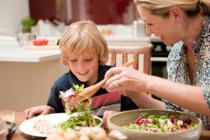 Os pais devem comer junto e estimular a criança a gostar de alimentos saudáveis.