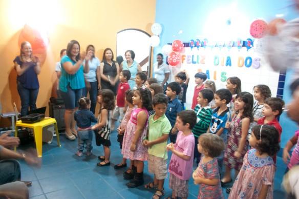 Lindo nossos pequenos cantando e dançando em homenagem ao papai!