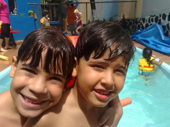 Os lindos alunos da AG IV. Banho de piscina é uma ótima diversão para crianças de qualquer idade.