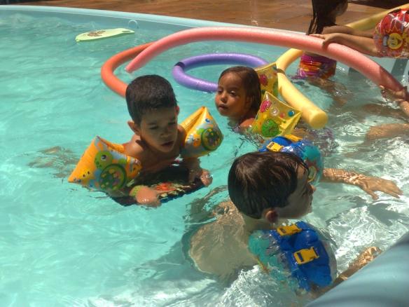 O dia estava ensolarado. As crianças da AG III aproveitram bastante.