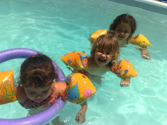 A Agrupada I se divertindo na piscina.