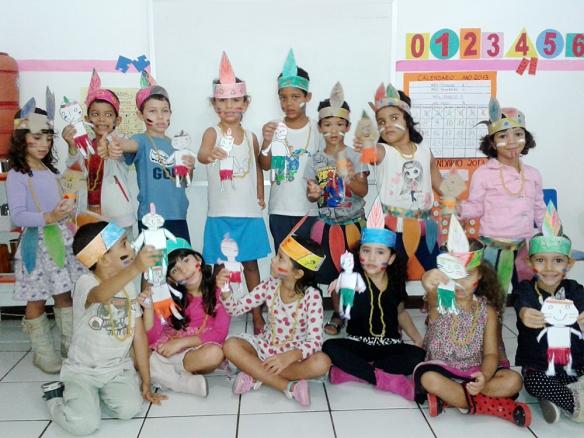 Agrupadas 3 e 4: alunos exibindo orgulhosamente suas artes criadas com capricho.